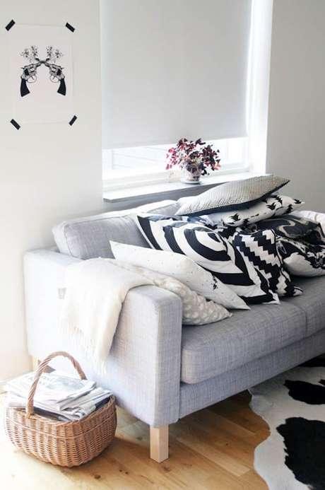 24. Sofá com tecido para almofada estampada – Foto Flair Magazin