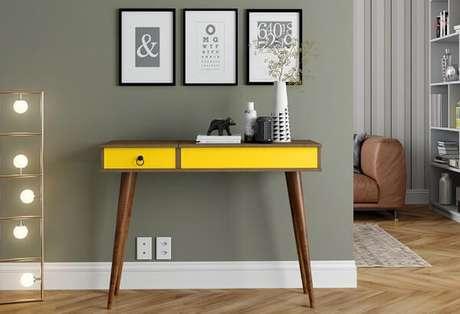 14. Aparador amarelo com pés de madeira e gaveta. Fonte: Pinterest