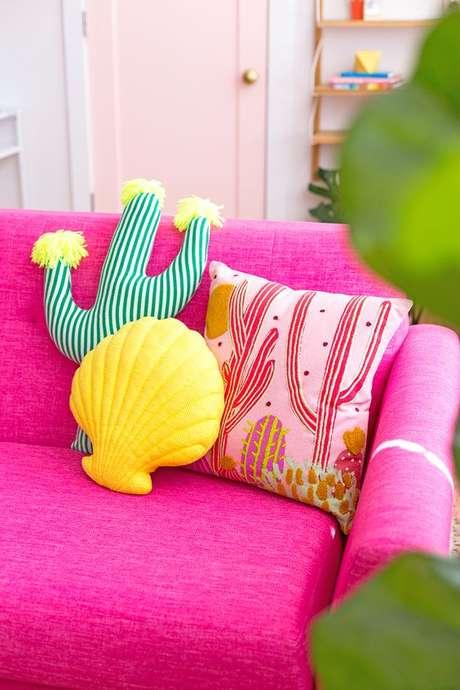3. Sala colorida com tecido para almofada estampada – Foto Pinterset