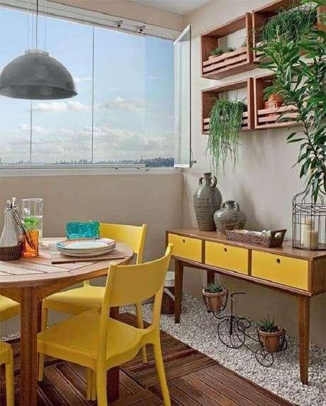 24. Decore a varanda com aparador amarelo. Fonte: Pinterest