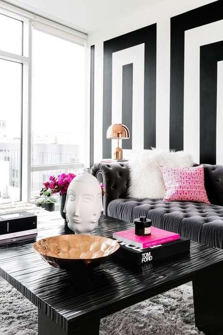 23. Sala preto e branco com tecido para almofada peludo e estampado – Foto Fashionismo
