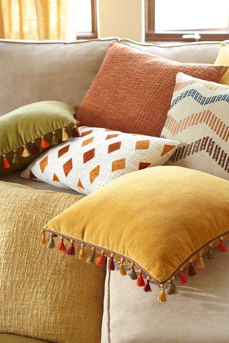 20. Sala confortável com tecido para almofada de suede – Foto Pier 1