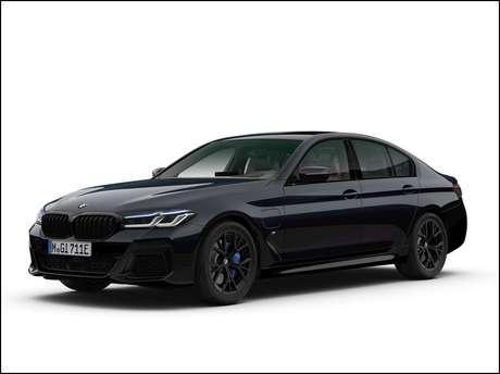 Novo BMW 530e M Sport Dark Edition conta com acabamento e rodas na cor preta.