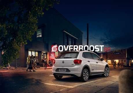 Traseira do Volkswagen Polo Track terá logotipos alusivos à versão e pode trazer aplique preto fosco na região da placa.