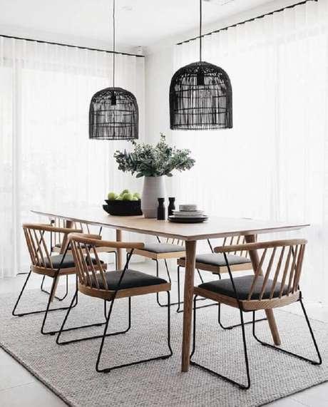 79. Decoração de sala minimalista com cadeiras para mesa de jantar de madeira – Foto: Apartment Therapy