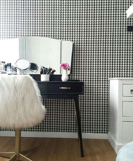 1. Modelo de cadeira para penteadeira preta com acabamento de peludo. Fonte: Pinterest