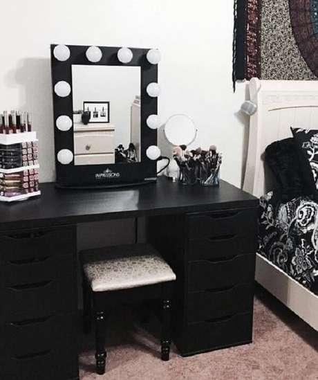 48. Posicione a penteadeira preta com espelho ao lado da cama. Fonte: Pinterest