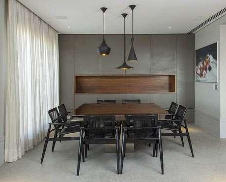 28. Decoração moderna com pendentes e cadeiras para mesa de jantar preta – Foto: Histórias de Casa