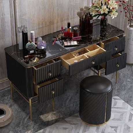 18. As gavetas da penteadeira preta ajudam na organização de itens e acessórios de maquiagem. Fonte: Pinterest