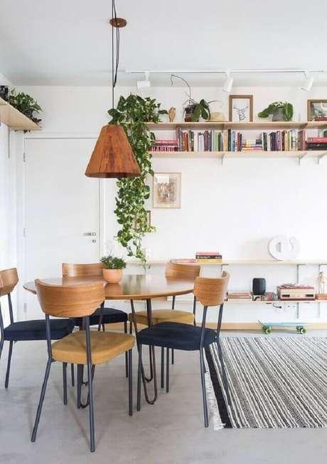 21. Cadeiras para mesa de jantar em sala decorada com luminária pendente rústica – Foto: Histórias de Casa