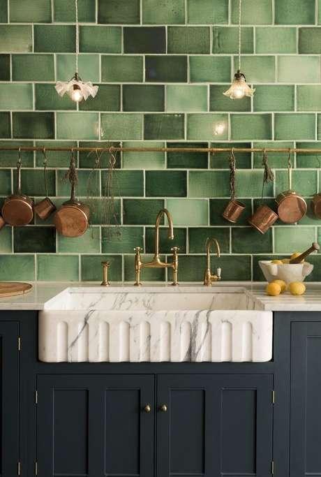 45. Revestimento verde com armário azul escuro – Foto Country living
