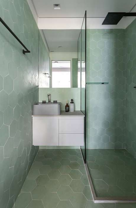 64. Banheiro com revestimento hexagonal verde claro – Foto Sala2 Arquitetura e Design
