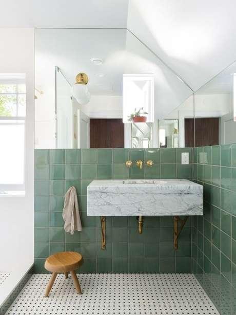 16. Banheiro com revestimento verde e espelho na parede – Foto Measured