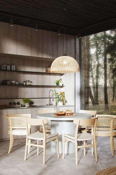 65. Sala de jantar decorada com cadeiras de madeira para mesa de jantar redonda – Foto: Pinterest