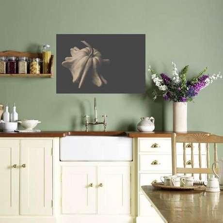 23. Cozinha com revestimento verde claro e armários claros – Foto Etsy