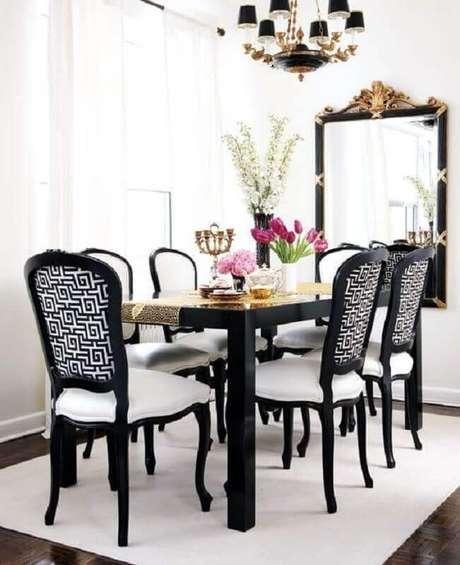 63. Sala de jantar clássica decorada com espelho de parede e cadeiras para mesa de jantar preta estofadas – Foto: Pinterest