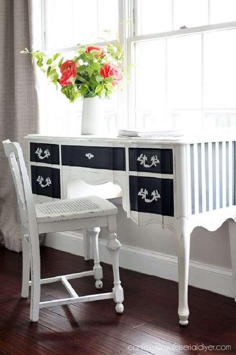 41. Penteadeira preta e branca com design clássico. Fonte: Pinterest