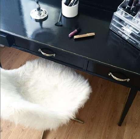 12. A cadeira para penteadeira preta deve ser confortável. Fonte: Pinterest