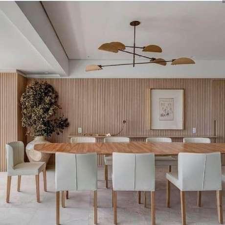 2. Decoração com luminária moderna e cadeiras estofadas para mesa de jantar – Foto: Cristiana Bertolucci Estúdio