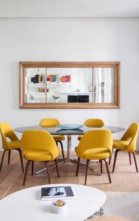 13. Decoração com cadeiras coloridas para mesa de jantar redonda – Foto: Behance