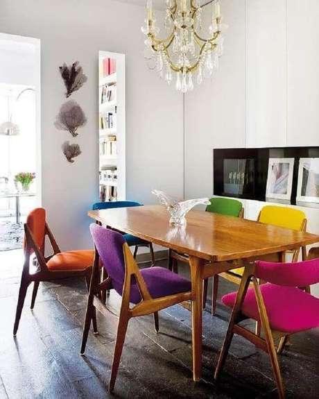 7. Sala de jantar simples decorada com cadeiras coloridas para mesa de jantar – Foto: Archidea