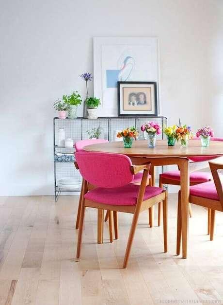 26. Decoração de sala branca com cadeiras coloridas para mesa de jantar – Foto: Archilovers