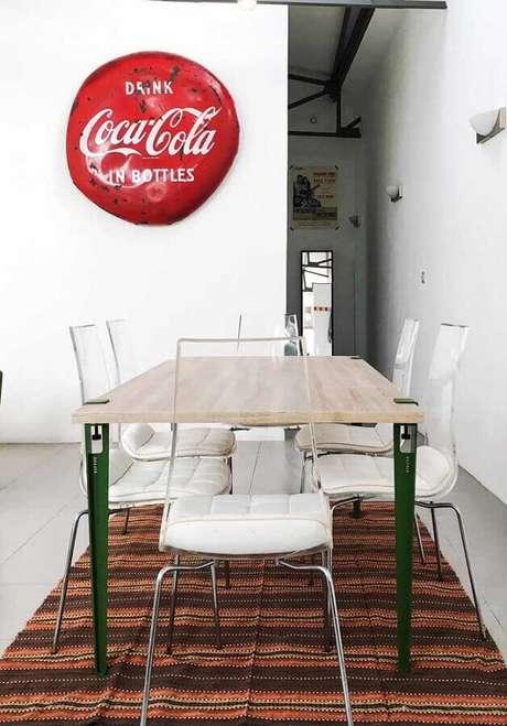 41. Sala de jantar simples decorada com tapete listrado e cadeiras transparentes para mesa de jantar – Foto: Andreas Móveis