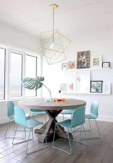 54. Decoração de sala branca com lustre e cadeira para mesa de jantar moderna azul clara – Foto: Homedit