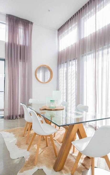 29. Decoração com tapete de couro e cadeira branca para mesa de jantar de vidro – Foto: Andreas Móveis