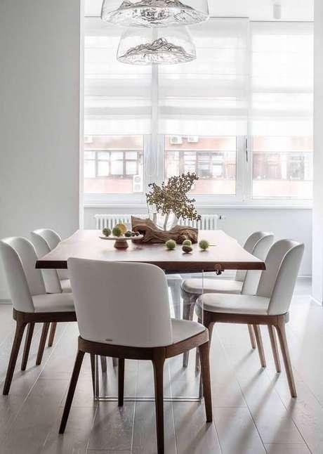 23. Decoração clean para sala branca com cadeiras estofadas para mesa de jantar – Foto: Apartment Therapy