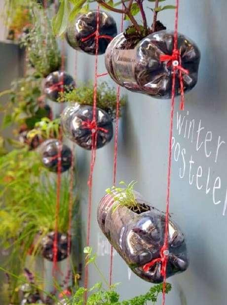 11. Aproveite os espaços da casa e monte uma horta suspensa com garrafa pet. Fonte: Pinterest