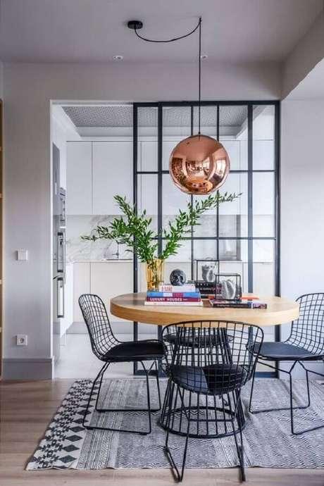 27. Cadeiras para mesa de jantar preta para sala decorada com luminária rose gold – Foto: Futurist Architecture