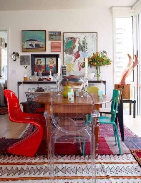 72. Decoração com diferentes modelos de cadeiras para mesa de jantar – Foto: Pinterest