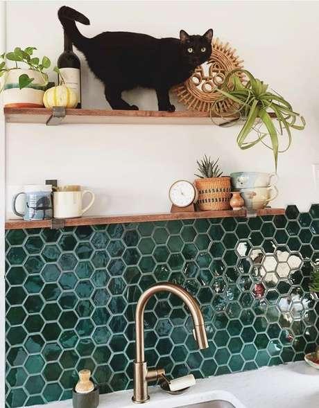21. Cozinha com revestimento hexagonal verde – Foto Mercury Mosaics