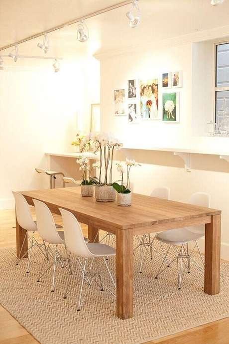 37. Decoração estilo escandinavo com cadeira branca para mesa de jantar de madeira – Foto: Pinterest