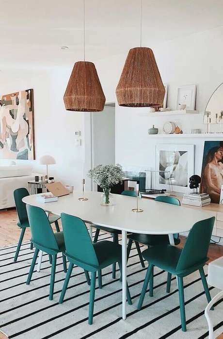 55. Decoração de sala de jantar com luminária rústica e cadeiras coloridas para mesa de jantar – Foto: Histórias de Casa