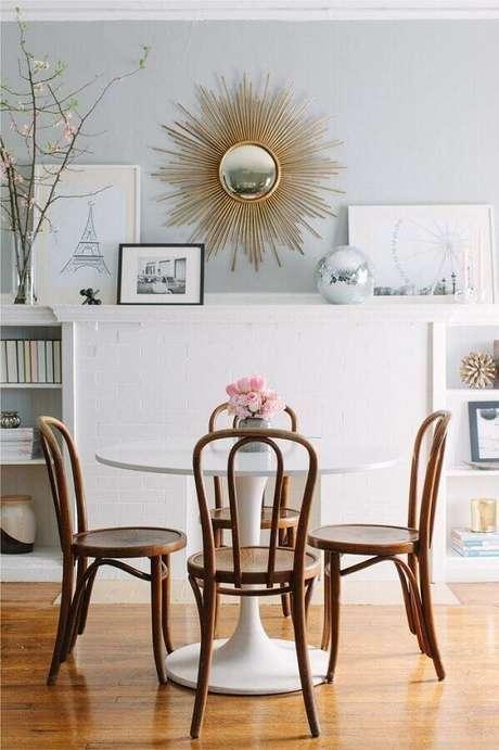64. Sala de jantar clean decorada com cadeiras de madeira para mesa de jantar – Foto: Casa de Valentina