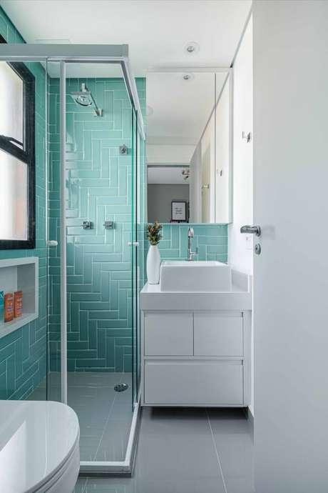 11. Revestimento verde água no banheiro branco e pequeno – Foto Natalia Salla