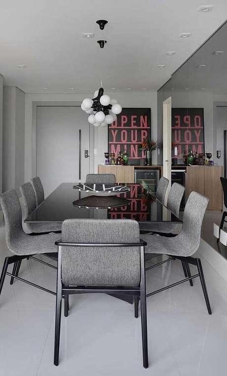 62. Sala cinza decorada com parede espelhada e cadeiras para mesa de jantar modernas – Foto: Futurist Architecture
