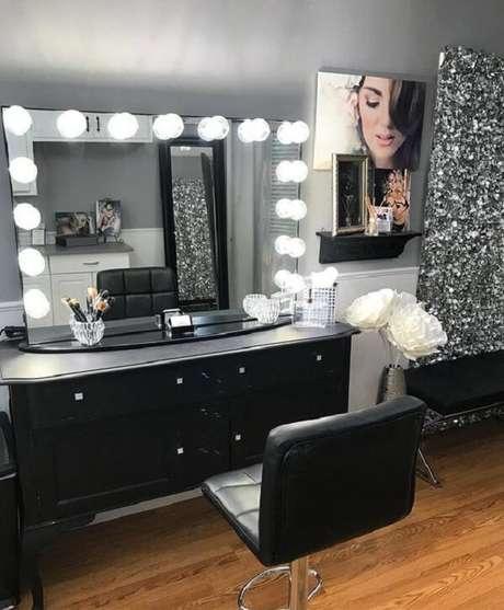 4. As lâmpadas de Led ao redor do espelho trazem charme para a estrutura da penteadeira preta. Fonte: Pinterest