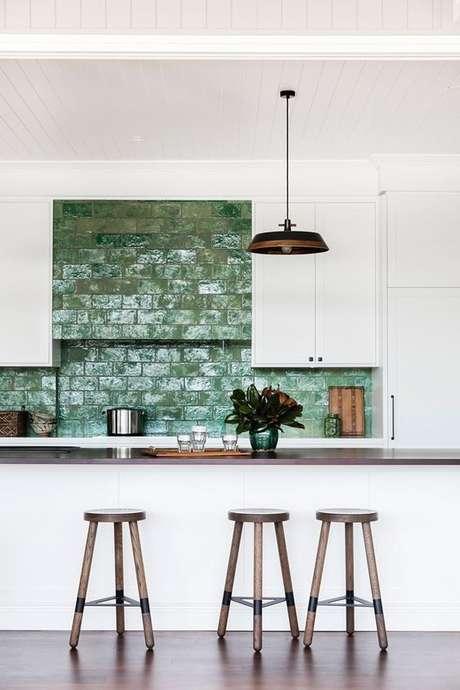 50. Revestimento verde na cozinha americana branca – Foto Homes to Love AU