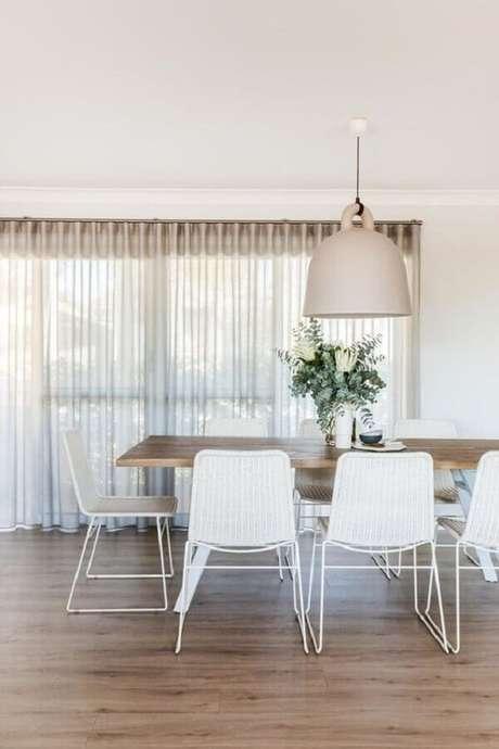 17. Decoração com cadeira branca para mesa de jantar de madeira – Foto: Hunker