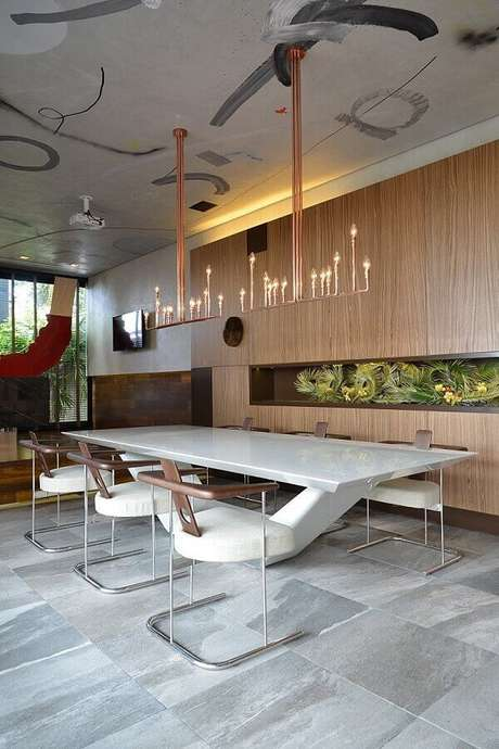 40. Decoração contemporânea para sala de jantar ampla com cadeira para mesa de jantar moderna – Foto: Casa de Valentina