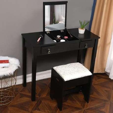 39. Penteadeira preta com estrutura funcional e prática para guardar acessórios. Fonte: Pinterest