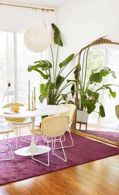 20. Sala de jantar branca decorada com cadeiras para mesa de jantar com estofado amarelo – Foto: Apartment Therapy