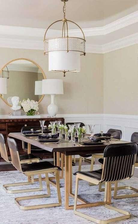 81. Decoração sofisticada para sala clássica com modelos diferentes de cadeiras para mesa de jantar – Foto: Pinterest