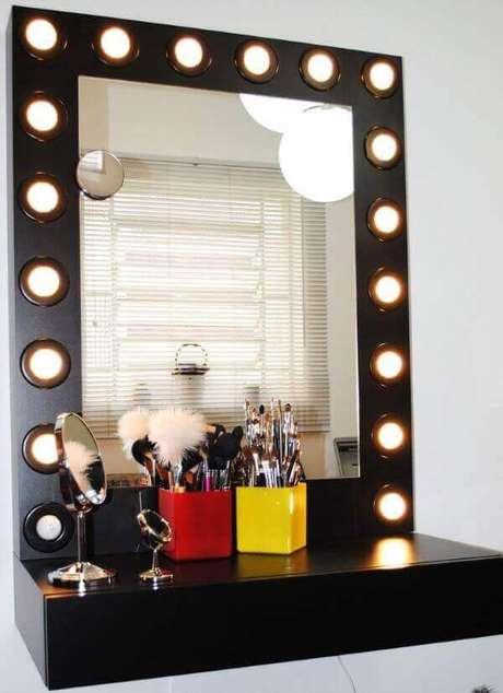 7. Modelo de penteadeira camarim preta suspensa. Fonte: Pinterest