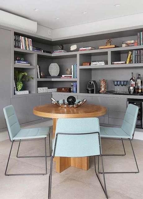 12. Sala cinza planejada com estante de nichos e decorada com cadeira para mesa de jantar moderna – Foto: Lolafá