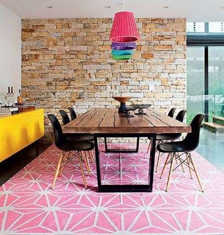 76. Sala decorada com parede rústica e cadeiras para mesa de jantar preta – Foto: Homif