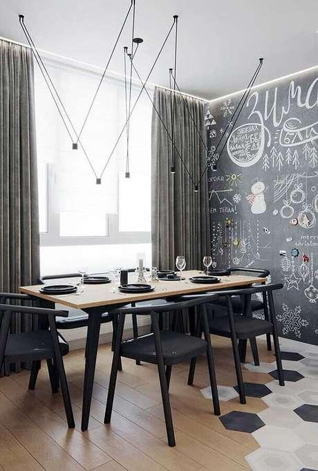 16. Decoração moderna com cadeiras para mesa de jantar preta e parede com tinta lousa – Foto: Futurist Architecture